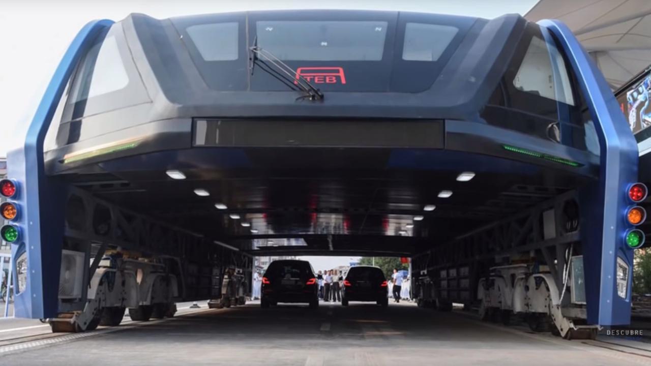 Deze Chinese tram rijdt over het verkeer heen