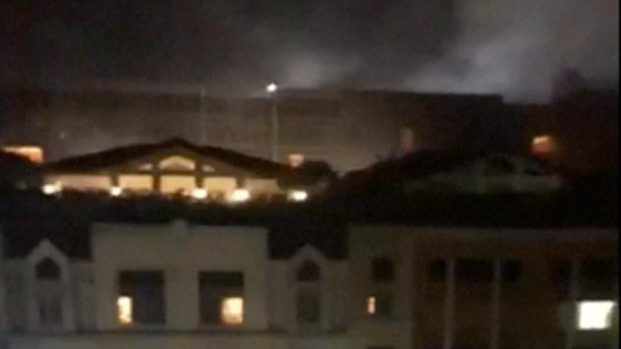 Hotelgast filmt rookwolken en hoort geweerschoten van aanval Manilla