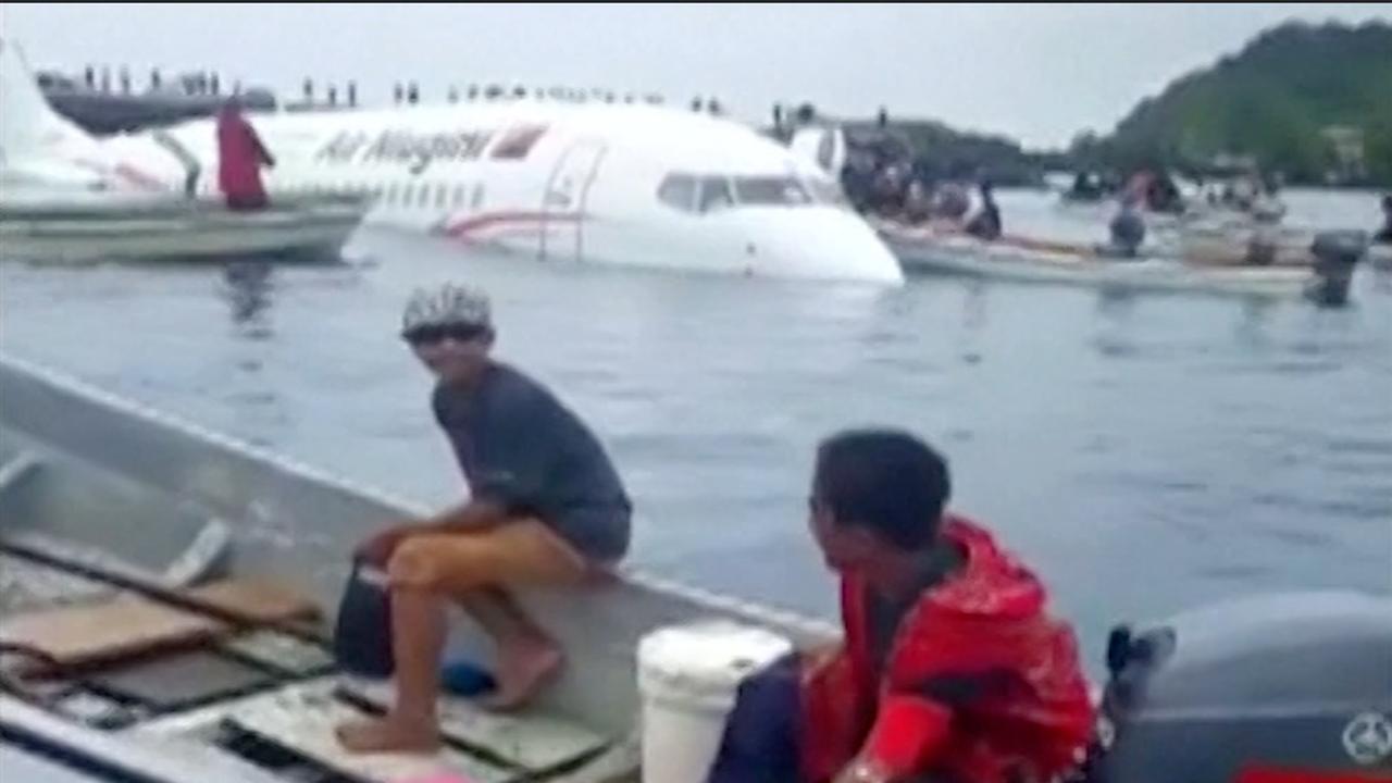 Omstanders halen passagiers uit zinkend vliegtuig in Micronesia
