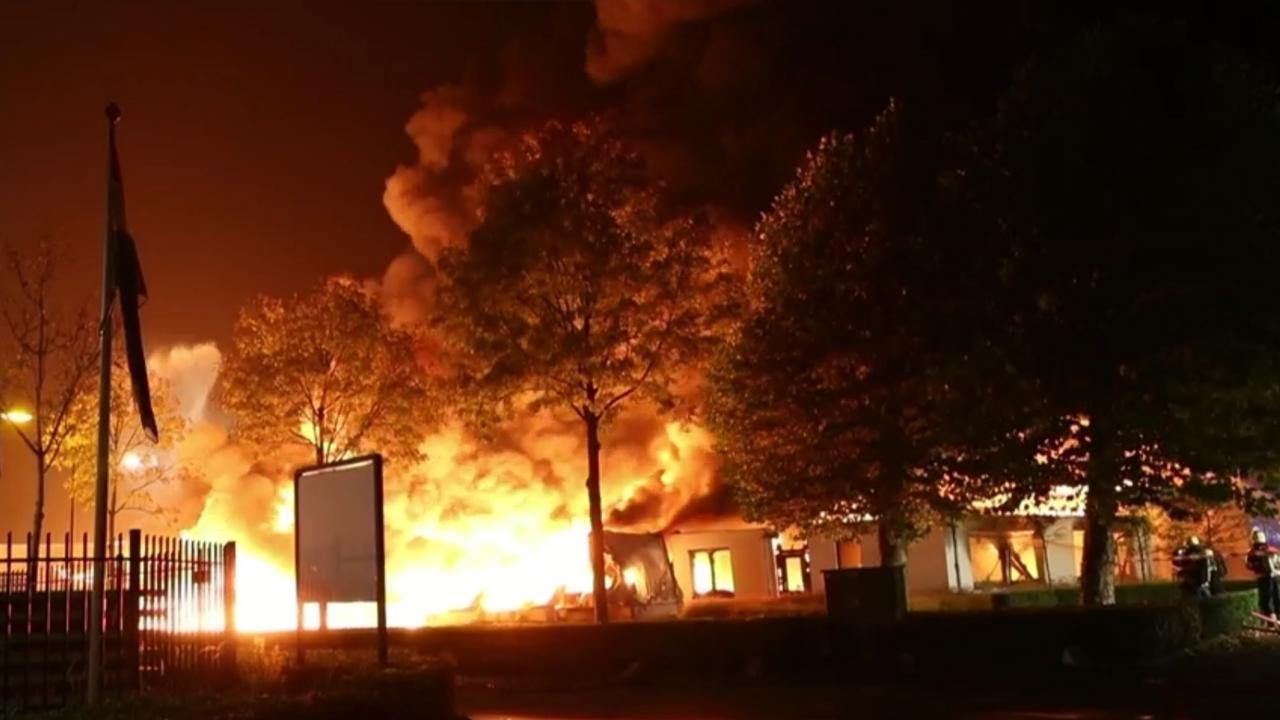 Hoge vlammen bij grote brand waxproducent Bladel