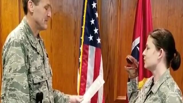 Sergeant ontslagen om dinosaurushandpop in Amerika