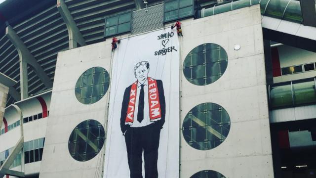 Johan Cruijff Arena eert Van der Laan met metersgroot doek