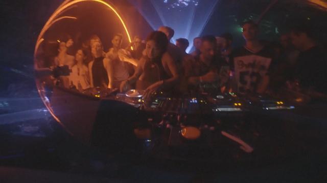 DJ's geven concert in diepste zwembad ter wereld