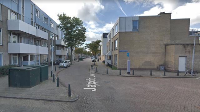 Auto brandt uit aan Jacob Jordaensstraat in Haagse Schilderswijk