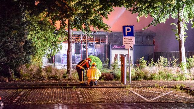Zeer grote brand verwoest Groningse massagesalon, 40 woningen ontruimd