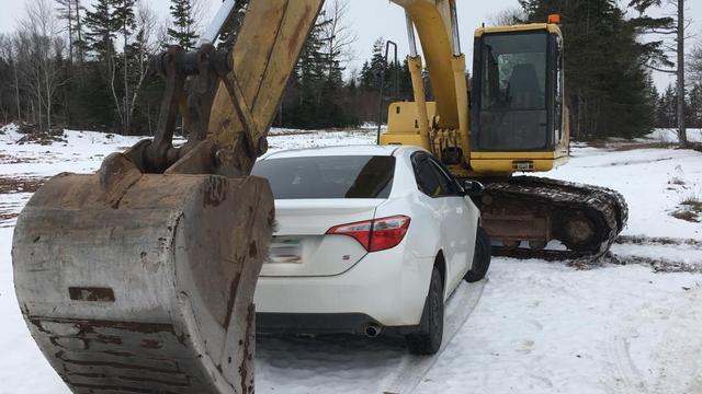 Dronken Canadese bestuurder ingebouwd door graafmachine