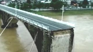 Auto's vallen in water door instortende brug in China