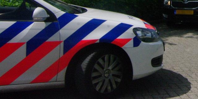 Auto klapt tegen stadsbus in Eindhoven, weg bezaaid met glas en brokstukken