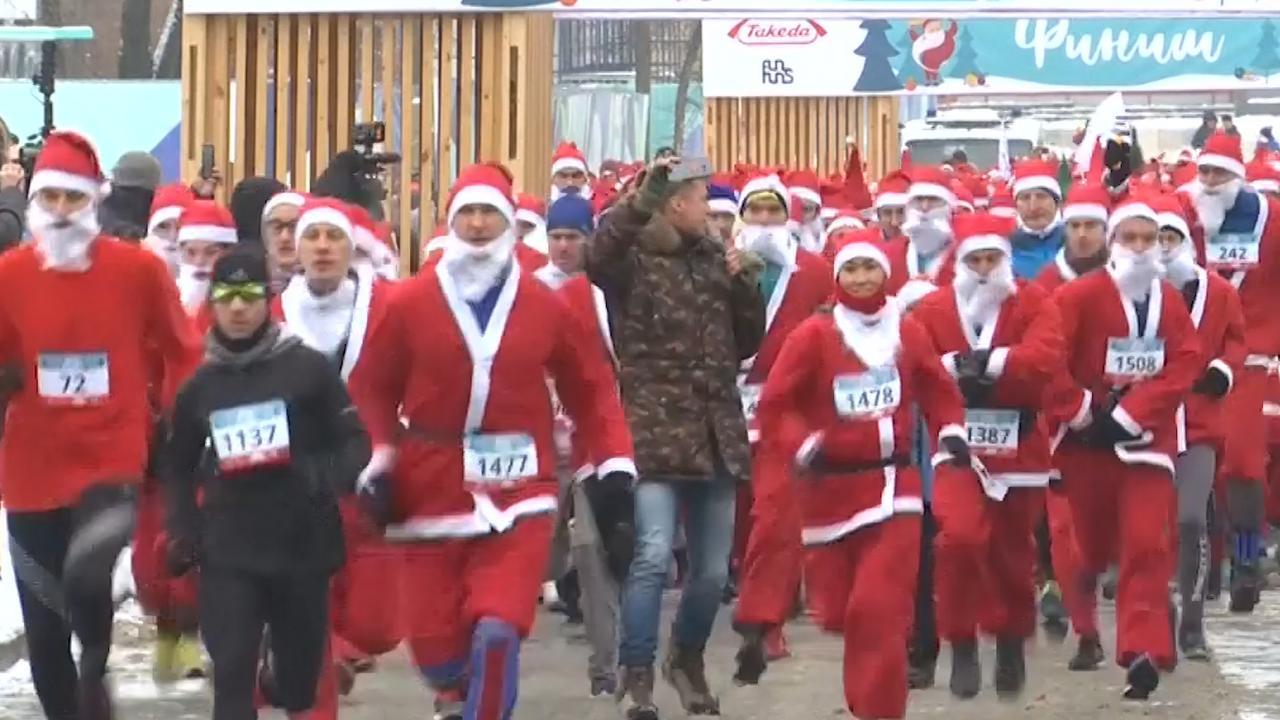 2.000 'kerstmannen' rennen door Moskou voor goed doel