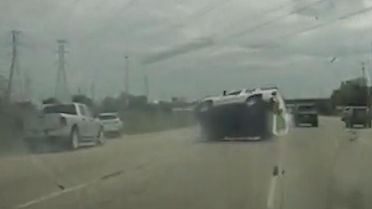 Dashcam filmt hoe auto over de kop slaat bij achtervolging in VS