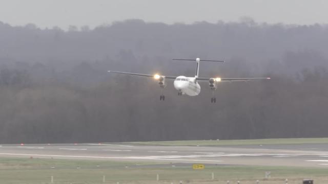 Vliegtuig landt met grote moeite in storm Düsseldorf