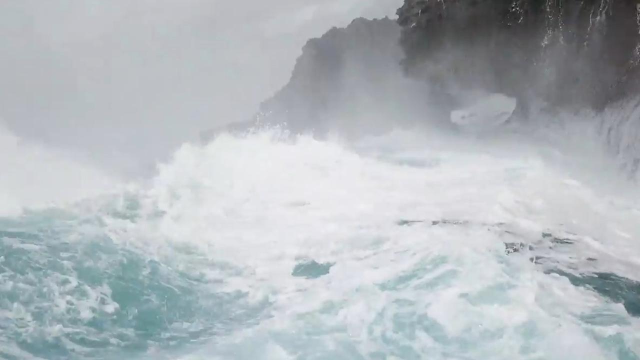 Dronepiloot verrast door metershoge golf bij Japanse kust