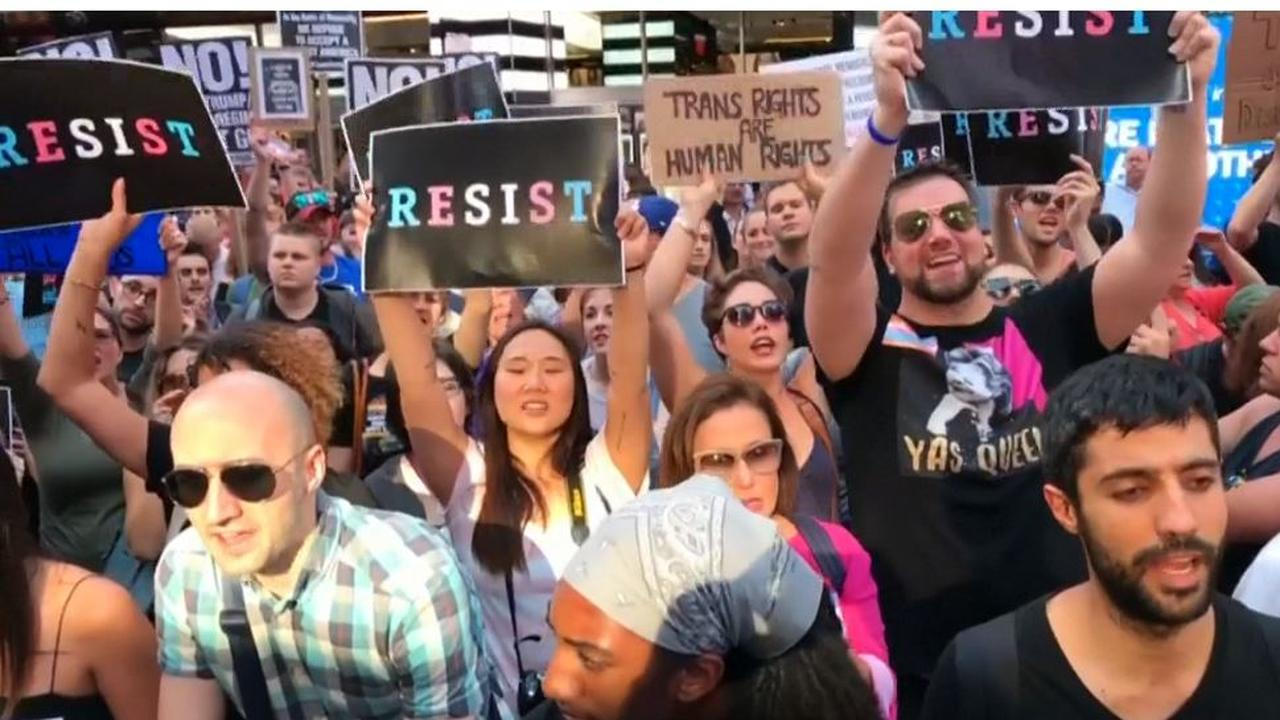 Protest in New York tegen beslissing Trump transgenders weren uit leger