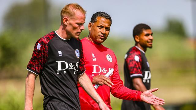 Trainer Henk Fraser in gesprek met Tom Beugelsdijk.