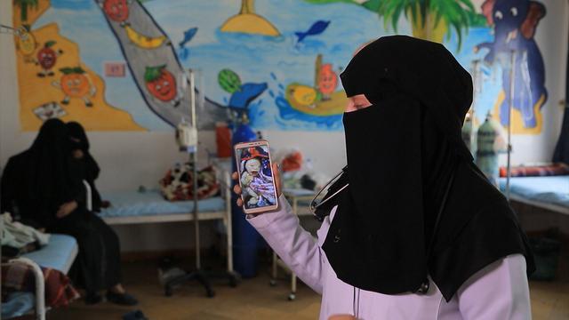 Dokter Hanaa Ali toont de foto van een misvormde baby in Joumhory-ziekenhuis.