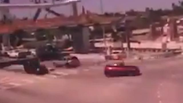 Beveiligingscamera legt moment van instorten brug Florida vast