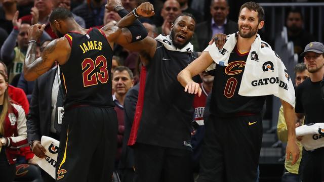 James leidt Cavaliers met vijf driepunters naar evenaring clubrecord