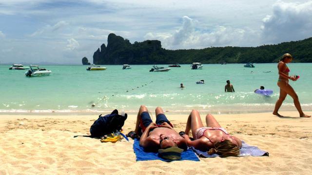 Toeristen op het strand in Koh Phi Phi