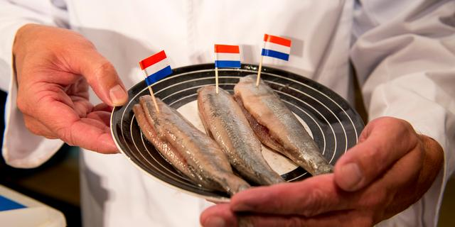 Eerste vaatje Hollandse Nieuwe levert 53.000 euro op