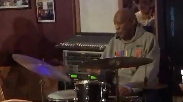 Bill Cosby speelt drums tijdens eerste optreden na seksuele aantijgingen