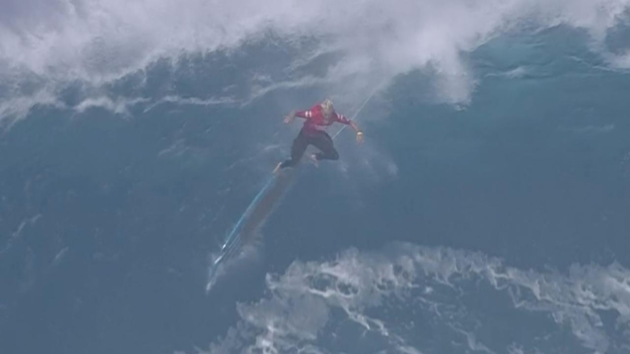 Surfers massaal overrompeld door golven tijdens toernooi in Hawaï