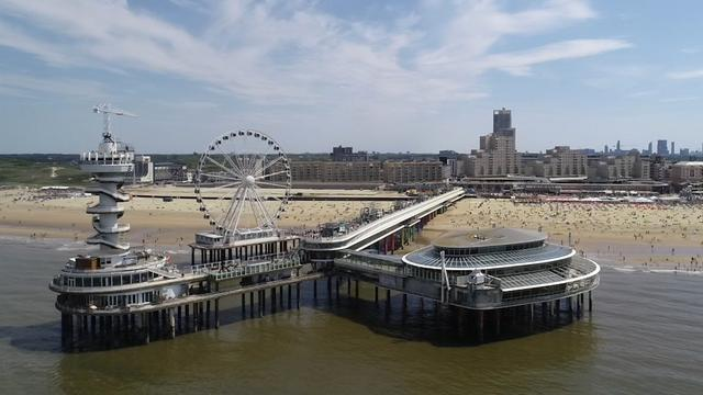 Drone filmt drukte op strand Scheveningen tijdens Pinksteren
