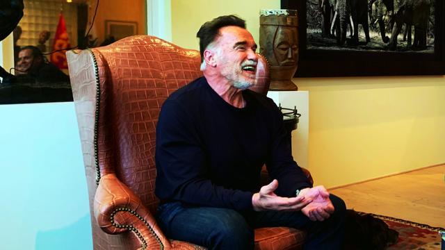 Schwarzenegger roept fabrikanten op om schone auto's te bouwen