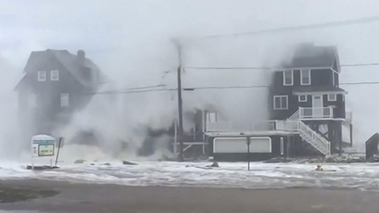 Hoge golven slaan over huizen heen in Massachusetts