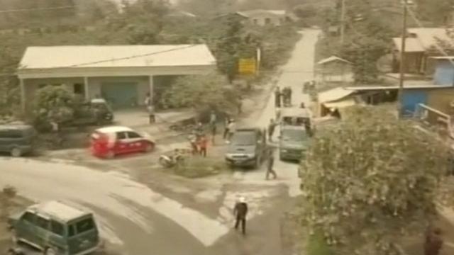 Dorpen na vulkaanuitbarsting Sumatra bedekt onder laag as