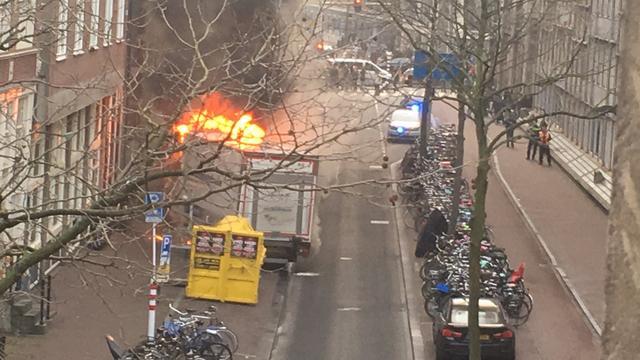 Vrachtwagen in brand in de Spuistraat
