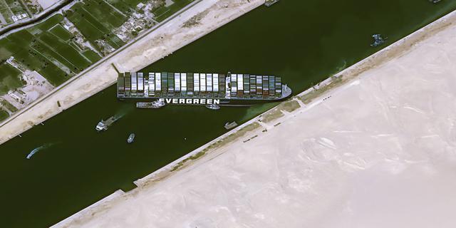 Schip in Suezkanaal zou per uur 400 miljoen dollar aan handel blokkeren