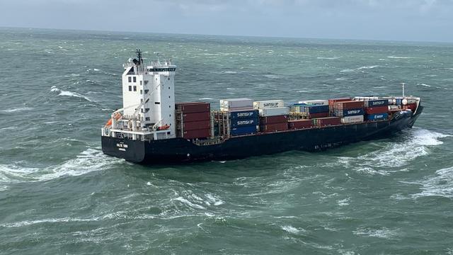 De Baltic Tern op de Noordzee, waar het vijf containers verloor.