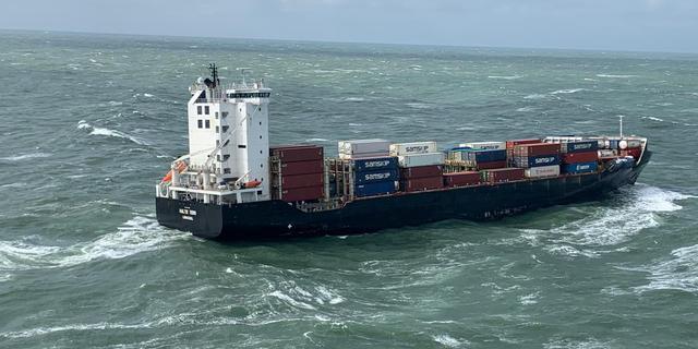 Twee bij Ameland verloren containers geborgen, geen vloeistoffen in zee gelekt