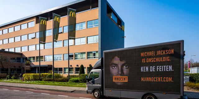 Fans Michael Jackson protesteren bij McDonald's tegen weghalen beeld