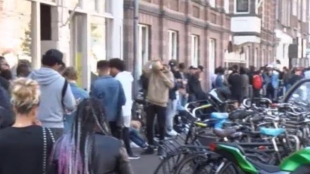 Lange rij Rozengracht voor pop-up store Kanye West