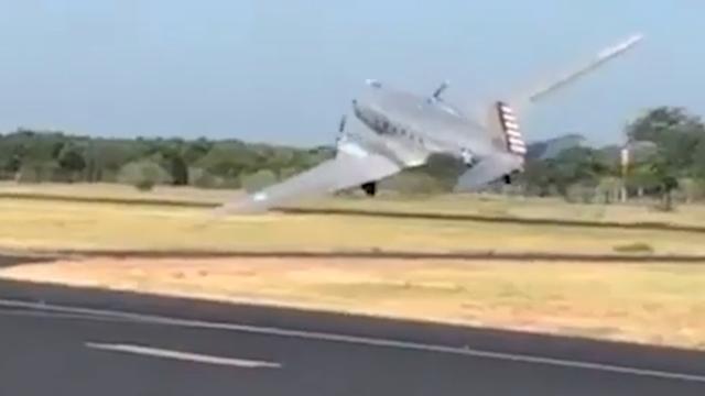 Oud militair transportvliegtuig stort neer tijdens opstijgen in Texas