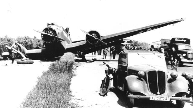 1940: Een neergeschoten Duits transporttoestel ligt op de weg tussen Rijswijk en Rotterdam.