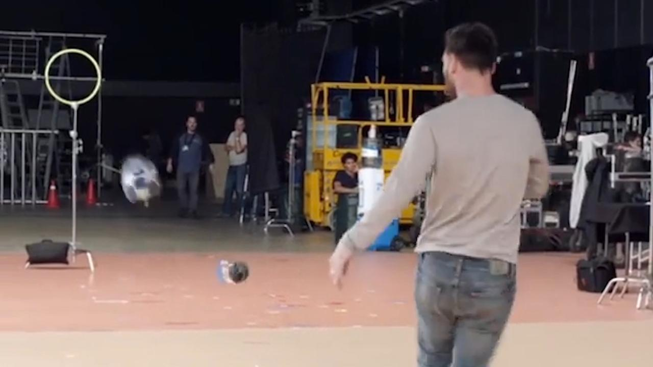 Messi doet trickshot met flesje voor reclamecampagne