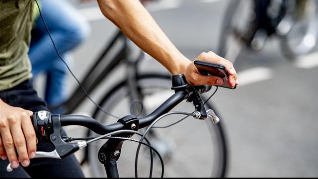 Waarschuwingsborden en onderzoek bij onveilige fietsrotonde in Leiden