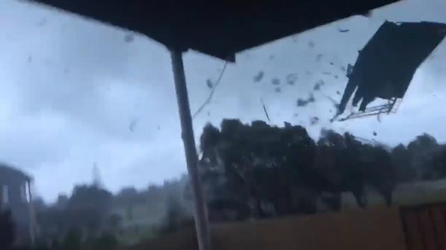 Puin vliegt in het rond door beginnende tornado Nieuw-Zeeland