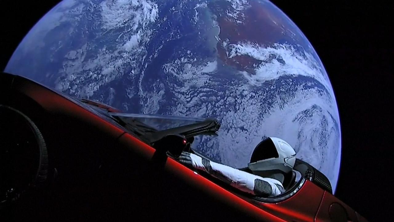 Indrukwekkende beelden van Tesla Roadster in ruimte
