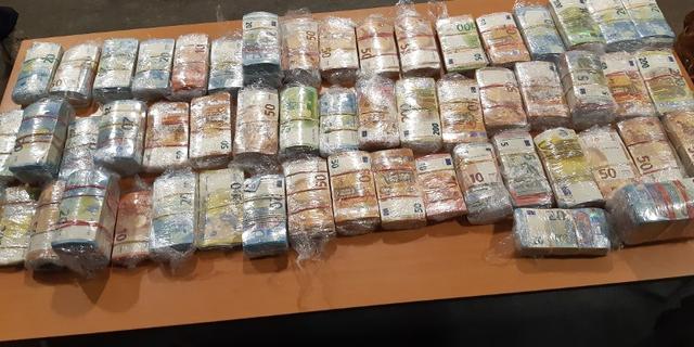 Politie houdt automobilist aan die bijna 3 miljoen euro bij zich had