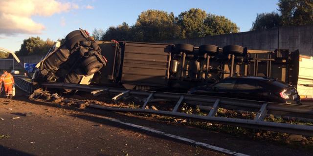 Vrachtwagen geschaard en door vangrail gereden op A58 bij Etten-Leur