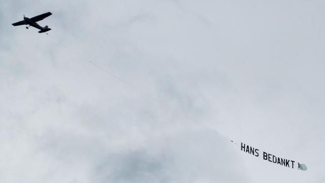 Vliegtuigje boven Haaksbergen bedankt opgestapte burgemeester