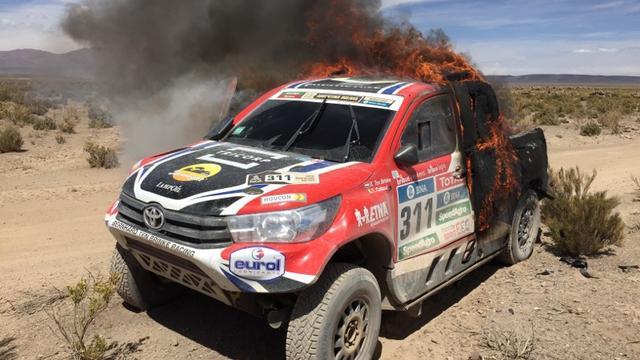 Ten Brinke uit Dakar Rally na uitbranden auto, Stacey wint bij trucks