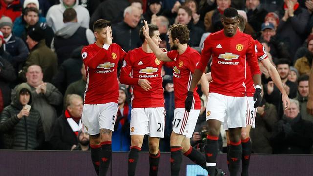 Blind trefzeker voor winnend United, eenvoudige zege Chelsea