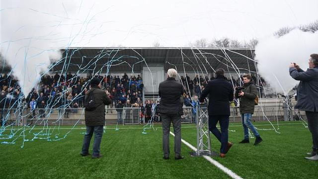 Nieuwe transparante tribune UVS feestelijk geopend
