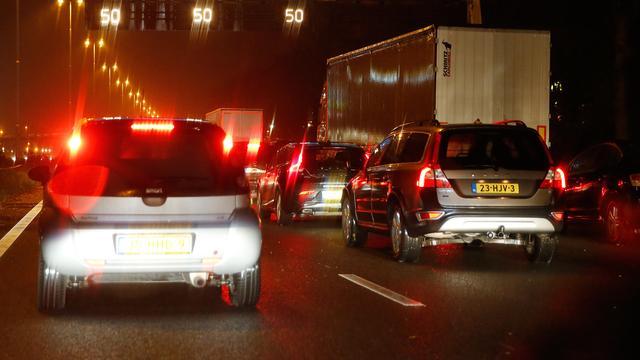 A15 tussen Geldermalsen en Deil dicht na zwaar ongeval met meerdere auto's