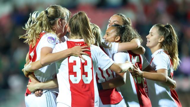 Ajax won moeizaam met 2-1 van sc Heerenveen.