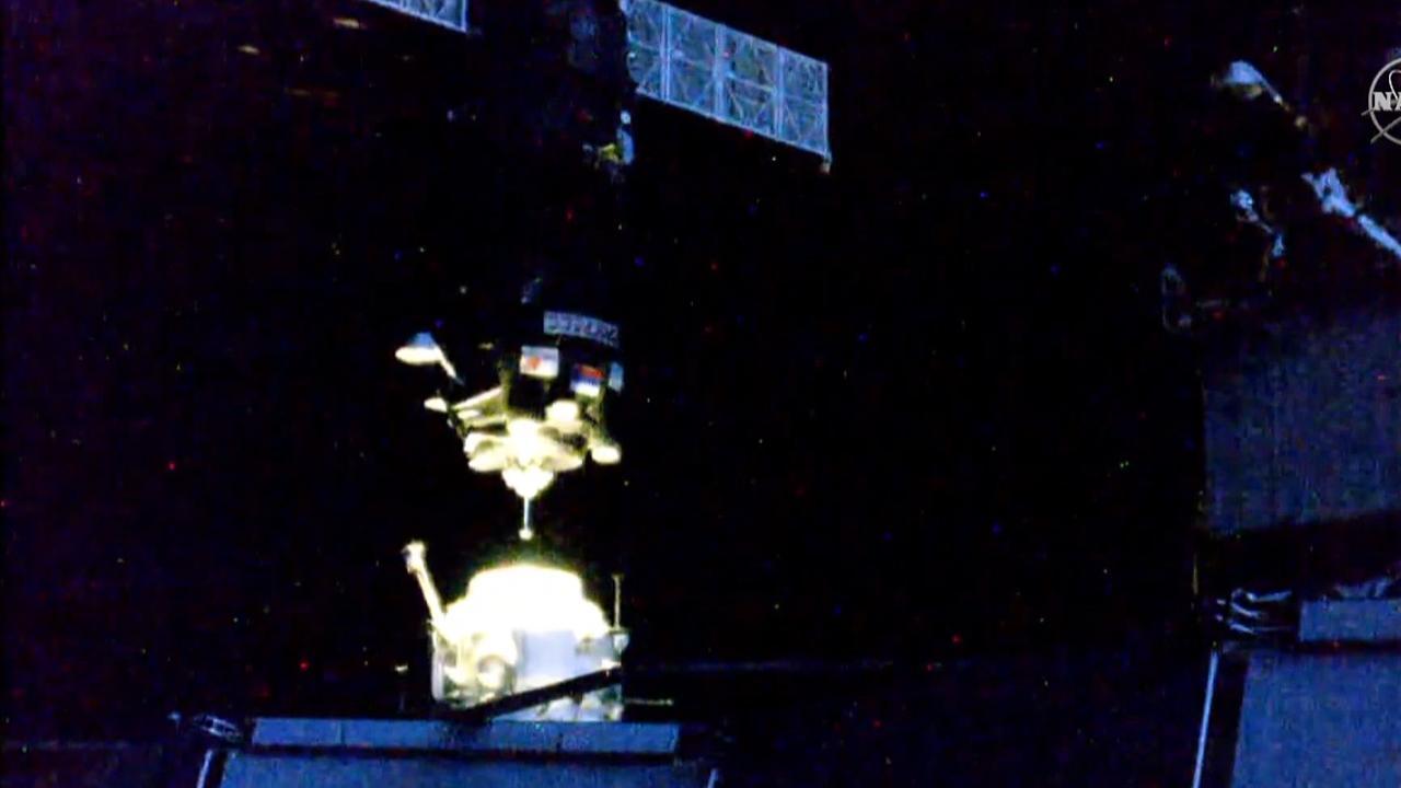Russisch ruimteschip na reis van drie uur aan ISS gekoppeld